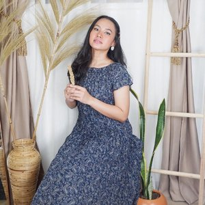 Parisian chic, redefined. Loving the silhouetes of this twist pleats dress from @uniqloindonesia x Ines De La Fressange. Tres chic and easy to care!  #inesdelafressange #uniqloindonesia #uniqlolifewear #uniqloines #inesxuniqlo