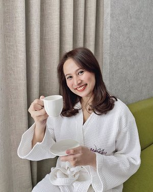 Sore gini lebih enak nyeduh teh atau kopi nih?  Kalau aku sih ketebak ya, aku tim minum teh! Inget banget waktu kuliah dulu, aku juga suka order teh anget ke kantin saat gaenak badan. Sempet jg diledekin kaya orang tua karena segitunya doyan ngeteh anget + pake minya kayu putih/roll on minyak angin🤪  Terlepas dari apapun minuman pilihan kamu, jangan lupa perhatikan kesehatan ya! Terlalu banyak kafein atau teh sama-sama tidak baik untuk kesehatan loh. Sebaiknya, perbanyak air mineral untuk menghilangkan dahaga yaa. Udah gitu, katanya air mineral yang cukup juga membantu kita tetap fit dan awet muda loh! Stay healthy!  #ClozetteID #instadaily #dailylife #healthylifestyle #lifestyle #goodlife #tampilcantik #ragamkecantikan #iphoneonly