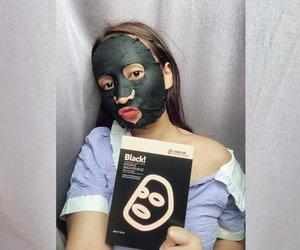 #BeautyReview kali ini, aku akan merangkum hasil pemakaian sheet mask dari @ttm.indonesia yang udah beberapa kali aku update di Insta stories 💕  Keduanya sama bagus dan cocok untuk kulit keringku krn melembabkan & ga pelit essence! Make up jg lebih nempel kalo pakai sheet mask dulu.  Namun kalau harus memilih, aku lebih suka sheet mask yang 𝐒𝐮𝐩𝐞𝐫𝐟𝐢𝐧𝐞 𝐁𝐫𝐢𝐠𝐡𝐭 𝐓𝐫𝐚𝐧𝐬𝐥𝐮𝐜𝐞𝐧𝐭 𝐑𝐚𝐝𝐢𝐚𝐧𝐜𝐞 𝐌𝐚𝐬𝐤 karena: 1. Diformulasikan dengan ultra long fiber dgn teknologi dual soothing complex yg membuat tekstur sheet mask tipis, halus, dan nempel! Sangat nyaman di kulit sensitifku. 2. Efek instantnya ga cuma bikin sedikit lebih cerah, tapi juga mampu meredakan kemerahan di pipiku (geser aja fotonya).  Brand TTM mungkin jarang didengar di Indonesia, tapi udah lama beredar di luar negeri. Sebelum memutuskan untuk pakai produk ini, aku tanya sama salah satu pegawainya di Indonesia ttg beberapa hal. Ini dia informasi yg ku dapat: ☀️TTM sheet mask tidak melakukan pengetesan thd binatang saat proses pembuatannya ☀️ Beberapa produk TTM sheet mask aman bagi bumil & busui, namun tetap dianjurkan konsul ke dokter kandungan masing-masing. Kalo dari 2 variant yg aku coba, superfine series yg aman utk bumil & busui sedangkan black series tdk dianjurkan dipakai oleh bumil & busui.  Sekian reviewku kali ini. Semoga bermanfaat yaaaaa!! Happy weekend.  #ClozetteId #ttmsheetmask #beautygram #tipskecantikan #tampilcantik #ragamkecantikan #beautytips #instadaily #dailylife #메이크업 #피부관리실 #피부관리 #nottestedonanimals