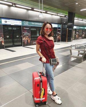 Sok airport fahsyun. Koper ini sebenarnya kado nikahan dari temen kuliahku, terus aku jadi lupa sama koper lama😜  Btw, ini aku perdana naik Lion ke luar negeri dan ternyata it was fun! On time, nyaman, affordable price.  Oya please jangan bosan ya sama spam fotoku♥️♥️ . . . . . #ootd #wheninsingapore #visitsingapore #traveling #instatravel #jalanjalanyuk #travelgram #indotravellers #ootdindo #airportfashion #ClozetteId