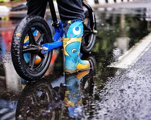Sepatu Bot Xylo.Banyak banget yang DM aku nanya ini sepatunya Xylo beli di mana sih? Ini mereknya AP Boots, itu loh yang boots merah buat ke sawah!.Pake ini enak banget buat hujan-hujanan karena anak kecil kan suka sengaja nginjek yang becek ya. Xylo sih gitu banget kalau ada genangan malah sengaja digeleng pake sepeda hhhh.Kekurangannya cuma satu: BAU KAKI HAHAHAHA Bau banget asli. Karena kan nggak ada ventilasi sama sekali. Tapi ya enak karena nggak gampang rusak. Ganti karena kekecilan aja. Beli agak longgar juga nggak apa-apa karena dia PASTI keringetan, lengket, jadi longgar pun nggak repot-repot amat gitu hahahaha.AP Boots anak lucu banget emang motif binatang-binatang gini. Aku belinya random sih di Ekalokasari Bogor. Ada boothnya gitu. Tapi dulu pernah liat di Gancit sama Kokas juga..Kalau nggak nemu juga, beli online aja hahaha Ada juga di Ambasador tapi mereknya bukan AP Boots, dulu waktu kecil Xylo beli di sana. Harganya sama Rp 100ribuan, nggak lebih dari Rp 150ribu kok..Terjawab ya buibuuuu! Plis jangan tanya lagi yaaa! *pegel* 😂.#clozetteid