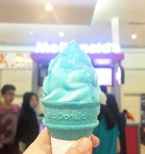 Kemarin di Bandung beli es krim McD seri Smurf ini karena ... lucu. Tapi ternyata enak banget! 💙.Es krim ini rasa salted caramel gitu, es krim yang biasa dicelup aja sih ke salted caramelnya. Rasanya asin-asin gurih dan nggak yang manis banget🍦.Oiya jadi inget pas hamil aku menghindari makan soft ice cream/yogurt dengan mesin model gini, gara-gara baca artikel kalau tempat es krim ginian tuh nggak pernah dicuci! 😶.Kebayang nggak sih diisi ulang terus tapi nggak dicuci. Serem banyak bakteri. Entah bener apa nggak ya nggak pernah dicuci tapi ya udah akhirnya nggak makan deh selama hamil hehe..Anyway, good morning! Semoga harinya bahagia! ♥️♥️♥️.#🍦#JajanToday #clozetteid