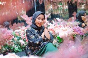 """Remember you're the one who can fill the world with sunshine."" — ѕnow wнιтe#ootdhijab #hijaber #hotd #bandungbanget #wisataselfiebandung #modusidn #pvj #parisvanjava #ootd #bloggerbandung #vloggerbandung #inspirasihijab #inspirasimakeup #inspirasiootd #hijaboftheday #ootdforhijab #instadaily #travelbloggerbandung #traveler #clozetteid #beautygoers"
