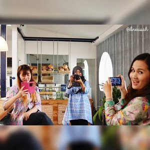 Photoception with @pinkuroom @meylisop at @kawaiibeautyjapan Gathering. Thanks to mbak @dineaisah for the great photo! The photo was taken at @authentiquejkt. Great french cafe. #flashbackfriday #kawaiibeautyjapan #KBJBloggerGathering #KBJGathering #SophieAuthentique #talkativetya #IndonesianBeautyBlogger #ClozetteID #beautyevent #KulitSehatEverE #KBJxEverE