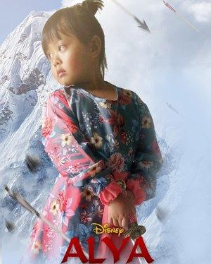 👩 Alya, dulu Alya suka Elsa, Moana, sama Jasmine, kenapa sekarang suka Mulan? Karena Mulan mau tayang ya? 👧 Alya suka mulan karena Mulan cantik dan bisa perang! Alya pengen punya banyak pasukan.So, ini ceritanya dibikinin poster sama Suamiku. Karena Alya lagi obsesi pengen keren kayak Mulan. Tadi dia aku lihatin behind the scene Mulan langsung sumringah, dan berkali-kali bilang kereeeen!!! Hahaha.#clozetteid