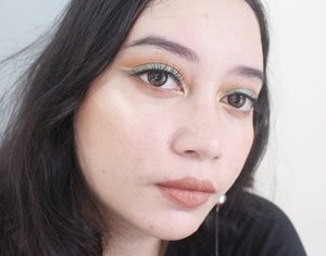 "Belajar ""cut crease"" but my concealer is not pigmented enough to ""cut"" the eyeshadow 😪  Eyes : @juviasplace nubian 2nd palette  Face : @revlonid colorstay foundie  @jcatbeauty youglowgirl highlighter ""twilight""  Lips : @brunbrun_paris lip eye cheek cream  #heytarrablog #juviasplace #cutcrease #clozetteid #indonesiabeautyblogger #ivgbeauty #beautiesquad"