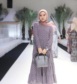 Pertama kali kenal @heaven_lights dikenalin sm teteh2 aku @mayaibuabyabujavier @ishmapr pas aku masih newbie pakai hijab. Katanya ada hijab yg lg happening nih, sekali upload, ribuan piece lsg abis dalam waktu 10 menit dan kebetulan owner nya adalah temen mereka. Karna masih awam masalah perhijaban, aku sampe bingung kenapa sih sampe segitu lakunya.. akhirnya aku di saranin buat beli daily2 hijabnya yg pertama kali aku beli yaitu voal segi empat, dengan berbagai warna.. pas aku pake, emang bener beda loh bahannya, buat aku yg newbie saat itu, pakai hijab jd mudah karna bahannya gampang di bentuk tidak cepat lecek dan yg aku suka warna2 nya yg cocok sm warna kulit aku jd bikin muka makin bersinar🤣🤣🤣 lebay ya? Tapi emang bener loh, hijab itu gak sembarangan tapi cocok2an kaya kita pake skincare.. klo udh nyaman, biarpun belinya butuh effort ya pasti akan dibeliii..nah sejak saat itulah aku mulai jd pecinta @heaven_lights..pas kemarin dapet invitation HL ANNUAL SHOW 2020, aku excited bangeettt.. aku penasaran sama apa yg akan dibuat lagi sm HL, dan bener loohhh pas dateng ke acaranya aku amaze bangett.. mereka ga main2 untuk buat acara ini, dan amat sangat niat..mulai dari design2 terbarunya yg bikin aku pengen punya semuaaaa.. konsep acaranya yg sangat detail, video2 nya kereeennnnnn banget! sampe ngedatangin banyak pohon kurma di stage😄belum lagi tiba2 muncul ROSSA yg nyanyiin lagu ayat2 cinta buat para kami pecinta HL yg ada disitu terharu.. terharu karna ternyata fashion show yg keren itu ga harus fashion show nya designer ternama. Bahkan clothing line yg memulai usaha dari instagram ini akhirnya bisa berhasil berada di titik ini. Sekali lagi congrats Teh @Jihan_ & Teh @emanazmah .. you deserve it! Btw kalo ditanya koleksi mana yg aku suka? suka semuaaahhhhh..siap2 uang gaji jebooolll🤣..OOTD aku :hijab : Khasmir voal by @heaven_lightsDress : Diva Midi Dress by @heaven_lights..#HLAnnualshow2020 #Heavenlights #hijabers #hijab #OOTD #clozetteid