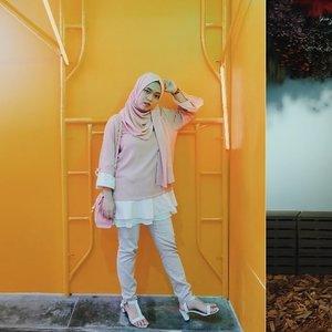 Siap berdiri yang tegak, siap kita ambil jalan~ . .  #mojamuseum #moja #modelhijab #mudaberhijab #ootdhijabindo #rainbow #clozetteid #khfijkt #hijabootdindo