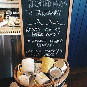 [Manfaatkan mug tidak terpakai]---Siapa yg doyan koleksi mug lucu? Karena impulsif beli barang alasan lucu, akhirnya tanpa sadar malah udah numpuk (ngomong ama diri sendiri 😓). Padahal kalo dipikir-pikir gelas/mug yg dipake itu itu ajah 😅---Solusi cafe di Australia make unwanted mug untuk takeaway minuman ini bisa ditiru buat yg punya warung kopi. Bisa ngurangin cukup banyak penggunaan papercup, ditengah maraknya trend ngopi. ---Pasti mamak tahu kan, meski bahannya kertas tapi papercup itu gak bisa di daur ulang krn udah dilaminasi plastik biar minuman gak bocor. Jadi setiap keluar sebaiknya sediain tumbler karena siapa tahu tengah jalan ada panggilan buat ngopi cantik 😂---Yuk tag temen kamu yg punya warung kopi atau berniat bikin. Biar makin banyak yg peduli dengan kemasannya 😍---📸 @plasticfreejuly#theshonet#plastickfreejuly2019#clozetteid#zerowasteindonesia#sayapilihbumi#tolaksekalipakai