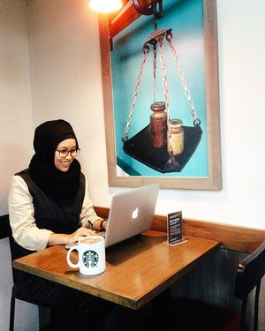 Today working space at starbuck BNI accompany with a huge glass of hot chocolate made with love by my broh @dimdimgitu. #vscom #hijabootdindo #starclozetter #clozetteid #clozetteambassador