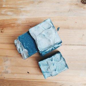 [SABUN ALAMI ARANG AKTIF]Kirain arang aktif itu sejenis sama arang buat bakar sate. Setelah baca-baca @hellosehat ternyata beda bahannya. Arang aktif (actived charcoal) terbuat dari tempurung kulit kelapa sawit atau serbuk kayu yg direndam bahan kimia biar aktif daya ikatnya. Pertama kali jajal bikin sabun dgn campuran arang aktif takaran kira-kira aja 😅. Baru bisa dipake setelah tgl 21 nanti, semoga nyaman buat kulit kami. Semenjak bikin sabun sendiri, udah 3 bulan ini kami gak beli sabun ke supermarket. Syukurnya krn bahannya alami, dikulit juga enak. Dan yg penting gak ada kemasan plastik bekas sabun. Cara bikinnya gampang, cek ig tv saya pernah share cara bikin sabun. Arang aktif ditambahin pas aduk adonan minyak ama soda api. Yg penasaran sama takaran minyak dan apa aja minyak yg dipake, monggo DM aja yes (buat yg serius mau bikin aja 😉😘)#sayapilihbumi#plastickfreejuly2019#freeplasticjuly#zerowasteindonesia#clozetteid#sabunalami#diysoapbar