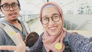 Hore! Jakarta punya MRT. Pertanyaan yg bikin eke penasaran terjawab diujicoba #mrtjakarta kemaren. Kapan MRT dibuka buat umum?Berapa harga tiketnya?Apa di stasiun MRT ada tap water refill tumbler? Yg udah norak-norak-an di MRT, hayo tunjuk tangan 👆😆. Kalo udah aktif, MRT bisa ngurangin emisi karbon dari kendaraan pribadi nih. Semoga udara Jakarta bisa bersih krn asap motor berkurang. Yg belum sempet nyobain, mungkin bisa ntn video ini. Link ada di bio yah. Mari jaga MRT biar kece selalu.#clozetteid #zerowasteindonesia #sustaination