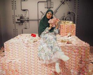 🎶🎶 Andai a a a aaku jadi orang kaya.... 🎶🎶🎶 . Maaf kan muka yang ga bisa dikondisikan. Mau kasih tampang songong, belagu, macam bilang duit gue banyak. Soalnya kalau senyum jadi kaya wajah gue abis memang arisan. . Kalau uang lo sebanyak gue gini, kira-kira mau dipake buat apa?  . 👗@monzninoenshop 📍Gudang uang pribadi . . . #ootdhijabstyle #dailyhijabstyle #hijabsimplestyle #stylehijabmasakini #inspirasihijabstyle  #hijabstyles #casualhijabstyle #hijabootdstyle #stylehijabkekinian #hijabstyleindonesia  #stylehijabindonesia  #stylehijaber #hijabtraveller #hijabtraveling #indohijabers #hijabtravellers  #hijabindotraveller  #ootdhijaberindo  #galerihijaber #hijabstylebyme  #hijabstreetstyle #jilbabday #hijabday #hijabtravelling #hijabdaily  #clozetteid