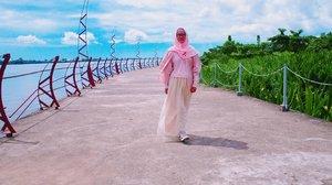 Hai, ngegalau sama aku yuk!  Bingung aku tuh, besok long weekend, pengen main di pusat kota aja. Tapi enaknya kemana ya? GBK? Monas? Atau Lapangan Banteng ya? Kasih ide Mrs Galau dong.  Location: Tugu Khatulistiwa, Kalimantan Barat . . . . . . . #jilbabday #hijabtravellers #hijabday #hijabtravelling #hijabdaily #hijabtraveller  #WisataIndonesia #exploreindonesia #traveling #holiday #vacation #redtraveler #clozetteid #dolansebentar #CreateMoments #PesonaIndonesia #yourtravelvoice #AladinGetaway #travellerscantik #keluarbentar #INDOFLASHLIGHT #infiatravel #TripZillaTraveller #wisatapontianak #tugukhatulistiwa
