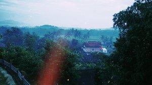 Bangun tidur dan ngeliat pemandangan gini tuh.... Rasanya speechelss. Nikmaaaat banget. Dan bikin betah. . Ini pemandangan dari balkon kamar gue pas bobo manja di @borobudurhills Kalau elo zoom, bisa deh keliatan Candi Borobudur 😁 . Selain kamar yang super bikin betah, lagi-lagi saat sarapan termanjakan dengan pemandangan bebas polusi. . Yang kepo, review penginapan di sekitar Candi Bobudur ini udah gue tulis di blog ya. . #borobudurhills  #wisatamagelang #WisataIndonesia #exploreindonesia #traveling #holiday #vacation #redtraveler #clozetteid #dolansebentar #CreateMoments #PesonaIndonesia #yourtravelvoice #AladinGetaway #travellerscantik #keluarbentar #INDOFLASHLIGHT #infiatravel #TripZillaTraveller