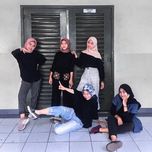 Ba ba Black outfits with ma girls 🖤....Happy weekend #clozetteid #hijaboutfits #hijabfashion