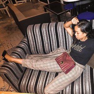 Current mood, just wanna chill. 🙄 Capek uga keliling satu kampung 😅 Moment lebaran memang sangat special. Kapan lagi berkunjung ketempat keluarga dan tetangga dalam satu hari full. 🤪#clozetteid #indonesianbeautyblogger #sakuralisha #charlesandkeith #michaelkors #topshop #ootd #outfit #fashion