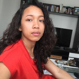 Daily make up only eyebrow and lipblam. 🤗 Lagi rajin banget pake skin care. Jadi, mau post progress kondisi skin. 🥰 #nofilter . . . . . .  #sakuralisha #cliniqueindonesia #uniqlo #curlyhair #uniqloindonesia #jakarta #indonesia #indonesianbeautyblogger #tanned #kulitsawomatang #clozetteid