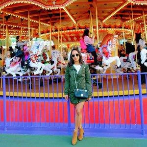 Waktu di Jepang kemarin sebenarnya masih dingin cuacanya meskipun uda masuk Spring, bahkan ampe turun salju di Tokyo dan sempet ampe 1 derajat C. Sisa-sisa musim dingin si sepertinya, jadi lagi pergantian gitu dari winter ke spring. Tapi tetep kaki itu pengen eksis bgt. 😂😂 Ampe orang Jepang aja bingung, kamu nggak dingin apa itu bawah nggak pake apa2. But I wore short pants kok. 😅😅 Katanya orang Jepang nanti kalau orang liat kamu dikira km anak SMP or SMA lho, soalny seragam cew anak SMP and SMA kan pake rok pendek. 😄 . . . .  #sakuralisha #independentwoman #indonesianbeautyblogger #clozetteid #japan #tokyo #disneyland #spring #sakura #cherryblossom #fashions #outfit #tokyodisneyland #nihon #beautybloggers #travellife #traveling #traveller #travel