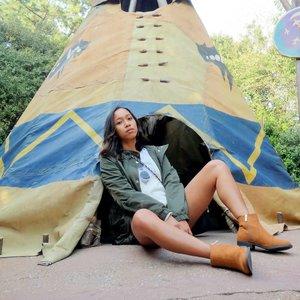 Where I am ? 👀 ....#sakuralisha #independentwoman #indonesianbeautyblogger #clozetteid #japan #tokyo #disneyland #spring #sakura #cherryblossom #tokyodisneyland #nihon #beautybloggers #travellife #traveling #traveller #travel