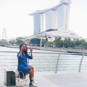 Kapan ya Jakarta bisa sebersih and seorganize Singapore ? 😄😄 3 hari di SG kemana-mana naik taxi rasanya beda bgt sm di Jakarta. Selain gak ada traffic, kotanya rapi banget. Bentuk buildingnya keren2. View kotanya jg emang jd keren gt si. Trs klu mlm lights kotanya jg keren. Dmn mn ada lights decoration. Its look more beautiful at night. Nggak heran kalau SG semahal itu. 😊 . .....#sakuralisha #independentwoman#indonesianbeautyblogger  #beautybloggers #travellife #travelblogger #travel #travelling #ootd #fashion  #outfit #fashions  #outfits #singapore #sg #holiday #marinabay #singapura #fashionoftheday #outfitoftheday #clozetteid #traveller #instatravel #marinabaysands