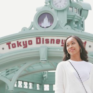 Ketawa sambil nahan kedinginan. 😅😅 But anyway so happy visited Tokyo Disneyland, eventhough was so crowded at the time. 💕 For sure I will visit others too. I'm coming soon, so please wait for me. ❤❤ . . . .  #sakuralisha #independentwoman #indonesianbeautyblogger #clozetteid #japan #tokyo #disneyland #spring #sakura  #tokyodisneyland #nihon #beautybloggers #travellife #traveling #traveller #travel