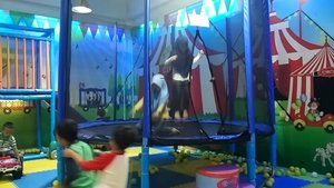Salah Satu cara cara menyalurkan energi anak yang berlebih, sampe banjir keringet & merah mukanyaaa 😱  #havefunwithkids #kids #trampoline #kidsactivity #jalanjalanzadanra #petualanganzadanra #libursekolah2017 #libursekolah #liburan #clozetteid