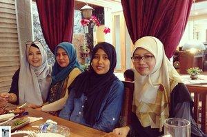 Makasih & selamat jalan Uni..smoga ibadahnya lancar & sampe ke tanah air dg selamat.. @Regrann from @emmaamsya -  Sisters Talk 😁 #family  #bonding - #regrann  #havefunwithfamily #sisters #clozetteid #hijab