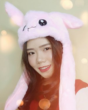 Play with moving rabbit hat in my head🙆 So many k-pop stars wore this hat to enjoy! You can hold hands the hat and press to make a sound😆 .Perfect for gift, k-pop fans, baby toys, children, or someone you love❤.Everyone can shop this hat on my link 👉 http://hicharis.net/lisalim/drS or visit @hicharis_official for detail 👀 ..#charis #charisceleb #movingrabbithat #clozetteId