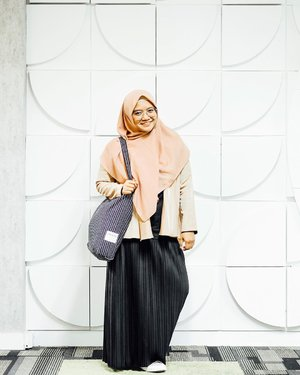 #OOTD waktu #hiipacademy kemarin kalo style begini Kaka Naeema selalu bilang aku kaya kaka-kaka alias masih sekolah atau kuliah...Setuju ga setuju ga? 😅...🧕🏻: @kaffahapparel🧥: @berrybenka 👖: @satulemari 👜: @onokabe_ #clozetteid #ootdhijab #hijabstyle #lifestyleblogger #fashionblogger