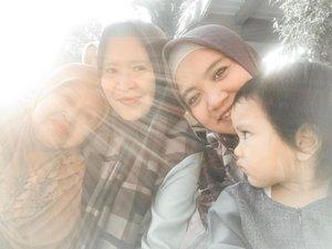 Kira-kira beginilah saat 4 generasi berkumpul. Masyaallah masih dikasih nikmat iman, rejeki kumpul dan berbagi bersama keluarga. ..#clozetteid #familyblogger #familybloggers #lifestyleblogger #shanumazkadinaristianto #bloggerperempuan #bloggerlifestyle #muslimfamily
