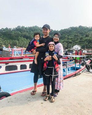 Fix cuma ini foto keluarga lebaran versi kita. Cuma bisa foto bareng pas mau jalan ke Pulau Pahawang. ..Ngga papa lah ya, antimainstream kan? OK, ini adalah maksa banget. 😅😅..Btw berhubung ngga punya baju renang, Unda pakai luaran daster karena dalamnya pakai baju dan celana Joger untuk olahraga biasa. ..Ada rekomendasi baju renang syari kah? ..#familytraveller #familyportraits #momblogger  #parentinglife #naeemaazkadinaristianto #shanumazkadinaristianto #lifestyleblogger #clozetteid