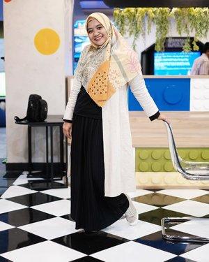 Alhamdulillah sudah hari Jumat lagi....Ada yang udah mampir ke JFW? Nyari teman yang mau ke &JFW besok nih, ada yang mau nemenin? OOTD: Outer: @onokabe_ Inner: Tshirt @hiip.indonesia Shirt: @satulemari Hijab: @amara.scraves_ Shoes: @converse #clozetteid #bloggerlifestyle #lifestyleblogger #fashionblogger #ootdhijabdaily