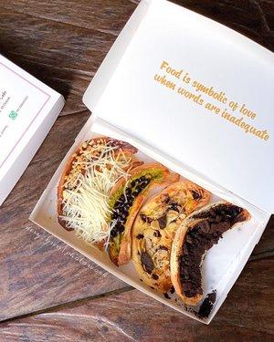 Roti & PastryAku tuh suka banget roti dan pastry. Biasanya sih suka yang plain-plain aja atau g jauh-jauh dari keju, coklat atau roti pizza gitu. Hahaha flat banget kayanya. Habisnya g terlalu suka manis. Ke depok kemarin aku ketemu sama toko roti dan pastry yang unik. Bentuknya pisang jadi inget sama banana cake versi jepang yang hits itu, bentuknya cantik. Penampilannya menarik, packagingnya juga....cuma harus hati-hati membawanya supaya ga berantakan toppingnya. Dan ternyata rasanya ku suka, cocok. Pastry dari @sammy_yummy_ bukan roti biasa tapi pastry ya jadi seperti croisant gitu uniknya didalamnya ada cream dan pisang. Unik deh rasanya, ditambah macam-macam topping diatasnya. Harganya juga terjangkau banget 39 ribu untuk 5 pastry, bisa pilih toping atau satu toping. Cocok banget buat hantaran ke rumah mertua atau tetangga. Ssst bisa juga buat goodie bag loh. Kalau penasaran apalagi yang di Depok cuzz kepoin aja  IG  @sammy_yummy_ . Banyak roti dan pastry lainnya. #pastry #kulinerdepok #ceritadyu #clozetteid #infodepok #kulinerdepok 