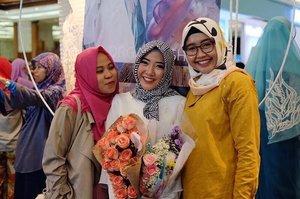 . Senengnya kemarin dikunjungin @imusyrifah sama @nianastiti 💕💕💕 . makasii udah nonton yaa, nanti aku maen2 lagi ke jakarta 😁 . #sisterhood #clozetteid #myhijup #friendship #bloggerlife #muslimfashionfestival2017 #muffest2017 #bloggersfriends #ihblogger #indonesianhijabblogger