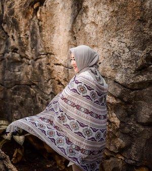 . Happy National Batik Day . . bukan kain batik sih, gapapa lah #clozetteid #swingingscarf #hotd #berasadipantai #padahal #stonegarden #explorebandung #batikday #myhijup #swingyourswing