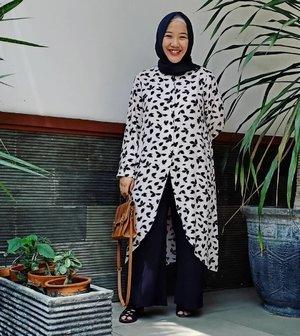 .TUNIK #02Allsize LD 106IDR 155kmaterial : katun rayon.Yang ini lagi coba gaya semi formal, jadi dipaduin sama kulot lebar aja deh.. warna perpaduan hitam gini bikin jadi elegant ya 🖤.Untuk dipakai ke kantor? Bisa dong! 😍.mau?WA ibuknya barra aja ya, DM jg boyeh 😉karena masih percobaan jadi stoknya dikit aja. hihi 🙏#tunikrayon #homedress #hijabootd #clozetteid #rayonviscose #jualanibuk#selfmanufactured #jahitrapih #homedressmurah #homedressrayon
