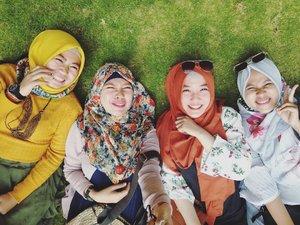 . Good Morning sisters 🌞 . . #explorejogja #visitjogja #hijabblogger #smiles #greengrass #thelostworld #thelostworldcastle #ekslporjogja #clozetteid #friendship #sisters #sisterfromanothermother #sunbright
