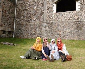 . Mau kemana lagi kita hari ini gengs? . realita : lagi otw ke kantor 🤣 #holidaymood #hijabblogger #lyfe #hijabtraveller #travelblogger #lifestyleblogger #clozetteid #explorejogja #thelostworldcastle #castlejogja #friendship