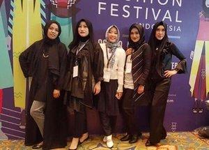 . we did it ! Alhamdulillah 💃🏻 . @islamicfashioninstitute weekend family yang udah  kaya teteh sendiri 😘 akhirnyaaa bisa dilewatin juga yaa fashion show perdana di muffest kemarin, hehehe proud of us ❤️😘 #islamicfashioninstitute #fashionstudent #clozetteid #myhijup #muslimfashionfestival2017 #muffest2017 #sisterhood