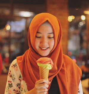 . can you say no for gelato ? 🍦 . . 📸 : @gulanyagulali  #gelato #icecream #icecreamlovers #tempogelato #kulinerjogja #pistachiolover #hijabtravellers #travelblogger #lifestyleblogger #clozetteid