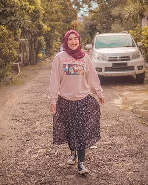 #ootd belanja ke Alfama*t be lyke.. 😂Sore ini mataharinya lagi bagus, sengaja dandan dan ootd-an biar berasa mau hangout. Haha! Tetep semangat, tetep waras, tetep berdoa semoga semuanya kembali normal. 🙏Oh ya, kalau pandemi ini berakhir, apa hal pertama yang mau kalian lakuin?#hijab #smile #livefolk #travelblogger #instadaily #yolo #hijabstyle #vintage #city #fashion #girl #fashionista #picoftheday #travel #weekend #tree #retro #hijabstyle #photoshoot #happy #fashionblogger #thrift #photooftheday #hijabfashion #clozetteid #photography #throwback