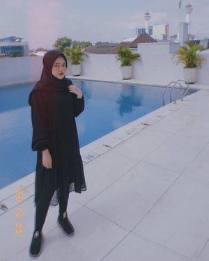 Fotonya lagi liburan, tapi dipikirannya belom kelar nonton drakor yang numpuk. 🤣Ada yang sama nggak?#ootd #black #explorebandung #bandung #braga #hijab #ClozetteID