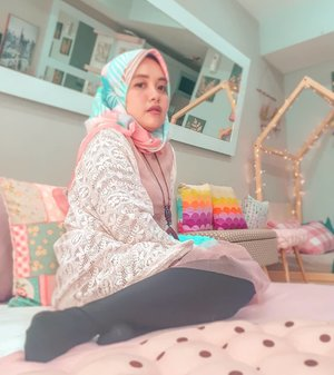 Lagi pemotretan legging wudhu. Karena bagian legging lebih jelas daripada bengeut urang.��Difotoin buk manaher, Minda Soekoetjo @windanatalia85 ��#ootd #bohemian #livefolk #vacation #instadaily #airbnb #staycation #happiness #hijabfashion #pastel #throwbackthursday #travelblogger #picoftheday #travel #pink #instatravel #hijab #girl #photoshoot #clozetteid #art #design #photooftheday #explorebandung #igers #photography #happy #throwback #bandung