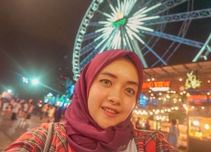 Ternyata aku pernah selfie di Asiatique Riverfront, semacam pasar malam sekaligus tempat favorit nyari oleh-oleh di Bangkok!⁣Padahal udah jarang upload foto malem-malem ya, walaupun mukaku hinyai dan capek, but I really love this vibes! Sumpah..bianglalanya keren banget. 😭⁣ ⁣#sky #clozetteid #girl #livefolk #vacation #instadaily #happy #bianglala #market #ootd #street #asiatique #travelblogger #picoftheday #travel #hijab #yolo #night #thailand🇹🇭 #photoshoot #weekend #light #happiness #photooftheday #explorethailand #visitthailand #photography #outdoors #throwback #bangkok