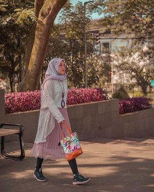 Udah pada beli perlengkapan lebaran belum, guys? Aku dong udah punya tas gemas 'Raya Series' dari @someah_id buat lebaran nanti. Cucok banget buat dibawa salat ied. 😍Difotoin @amelsg#girl #fashion #pink #someahlovers #hijabfashion #instadaily #nature #traveling #sky #park #wonderlust #throwbackthursday #travelblogger #picoftheday #skirt #bag #hijabstyle #hijab #photoshoot #indonesia #bandung #explorebandung #photooftheday #ootd #travel #photography #outdoors #throwback #clozetteid