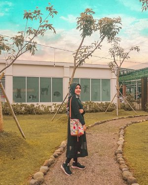 Happy weekend dari Lilis yang jalan-jalan ke Kota~⁣Sling bag by @someah_id ⁣Photo by @monstrgrm⁣⁣⁣#someahlovers #livefolk #vacation #instadaily #earth #traveling #nature #weekend #wonderlust #throwbackthursday #travelblogger #picoftheday #iphoneonly #pink #bandung #sky #hijab #photoshoot #indonesia #art #explorebandung #photooftheday #ootd #travel #photography #outdoors #throwback #park #clozetteid #girl