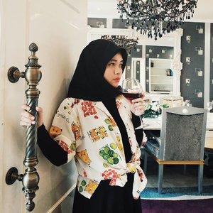 Temen-temen aku pada kemana nih, ditungguin mau party keburu sirop Marjannya abis. 🤭.....#vsco #vscocam #vscogood #livefolk #vacation #instadaily #indoor #livingroom #hotel #wall #bandung #weekend #yolo #picoftheday #ootd #girl #tropical #clozetteid #goodvibes #photoshoot #summer #hijab #monochrome #photooftheday #throwback #sunday #photography #interiordesign #thepapandayan #presidentsuite