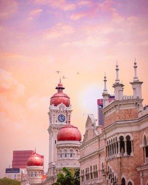 Jauhkan hamba dari orang-orang yang:  - Pura-pura baik - Punya hutang tapi malah lebih galak - Yang nyadar kalau dirinya ganteng  Aamiin. 🙏   #sky #clozetteid #dataranmerdeka #livefolk #sunset #instadaily #yolo #street #vintage #city #wall #instatravel #picoftheday #travel #travelgram #wonderlust #exploremalaysia #kualalumpur #photoshoot #traveling #visitmalaysia #malaysia #photooftheday #building #weekend #photography #outdoors #throwback #pink