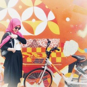 Happy kid!! Nemu mural + sepeda warna favorite aja udah seneng, walopun pas foto beloman siap. 😂Nggak ngerti juga dulu kenapa bisa  suka warna orange. Mungkin karena orange identik sama senja. Dan aku adalah salah satu dari sekian banyak orang yang suka memotret langit senja. Nextnya bukan cuma senja yang ingin aku potret, tapi aurora juga. Insya Allah bisa kesampaian 🙏Well, kalau kamu warna favoritnya apa? .....#vacation #instadaily #girl #street #art #hajilane #ootd #throwback #instatravel #picoftheday #travel #travelgram #bike #exploresingapore #singapore #photoshoot  #visitsingapore #hijab #vsco #vscocam #vscogood #photooftheday #likeforlike #clozetteid #photography #outdoors #throwback #like4like #mural #orange